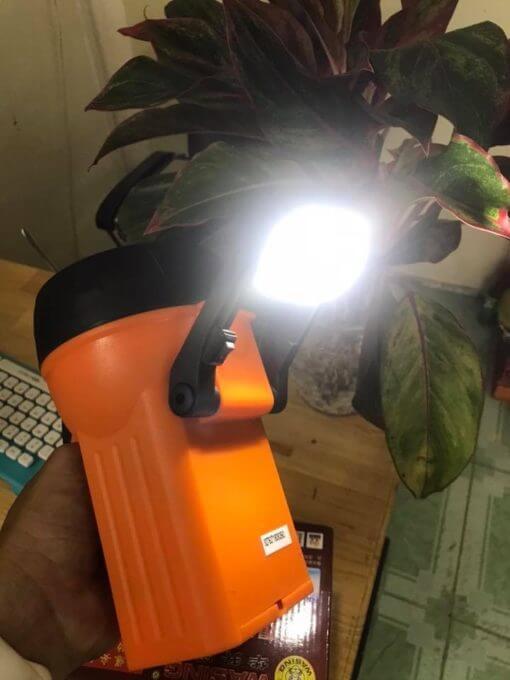 Phần sau chân đỡ của đèn được trang bị 1 đèn led nhỏ với công tắc riêng