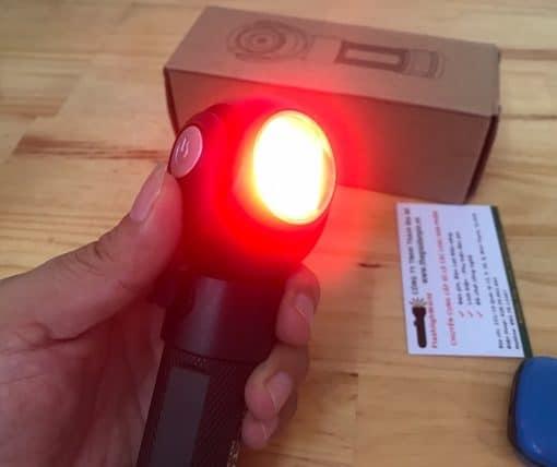 Đèn được thiết kế 2 bóng đèn có thể xoay 360 độ